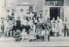 II maestro (5° da sx seconda fila dal basso) con collaboratori davanti al laboratorio