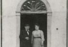 Facchina con la moglie Antonietta Della Savia, sulla porta di casa (1899)